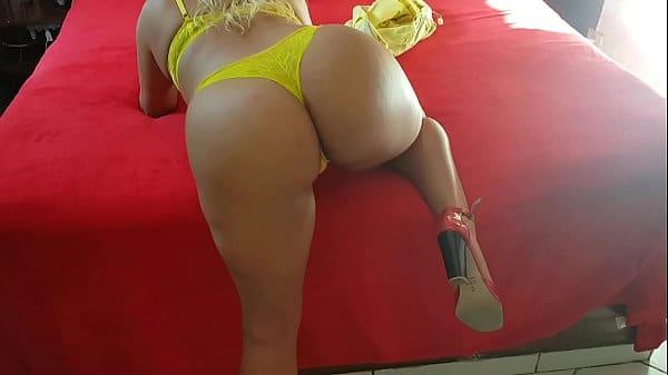 Amadora gostosa e safada exibindo-se toda sexy de lingerie