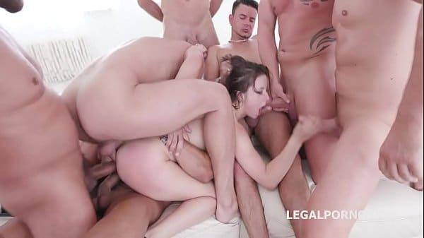 Cena de sexo grupal com uma mulher e vários homens