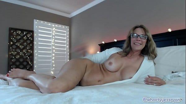 Mulher sensual exibindo-se pelada na webcam