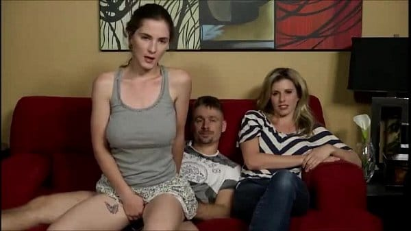 Ninfeta tesuda faz sexo com padrasto na frente da mãe