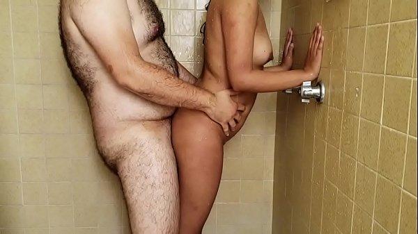 Porno amador com gostosa tomando banho com tio em quarto de hotel