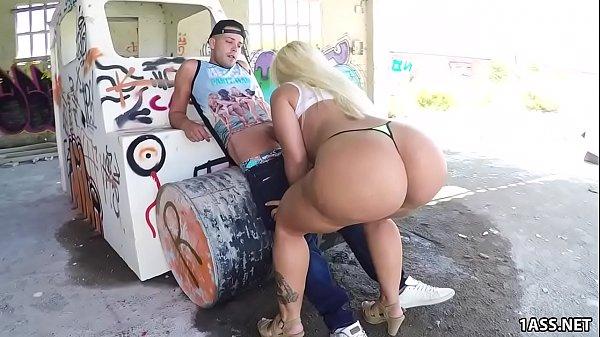 Sexo ao ar livre com loira rabuda gostosa tomando na xota