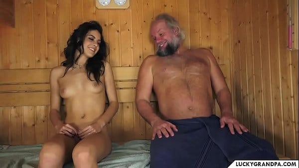Velho tarado fazendo sexo na sauna com sua neta gostosa