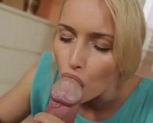 Gozando na boca da esposa para ela engolir porra