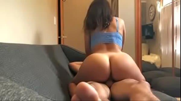 Rabuda morena fazendo sexo no sofá com seu macho