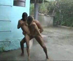 Filme pornô de graça transando na chuva