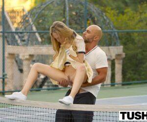 Novinha dando o cusinho para seu professor de tênis