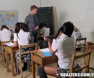 Novinha transando na escola com seu professor tarado