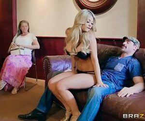 Pornografia anal com bela ninfeta dando o cu delicioso