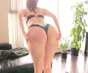 Vídeo de mulher tirando a roupa íntima fazendo um streaptease