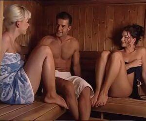 Video porno a tres com garanhão transando com duas gostosas na sauna