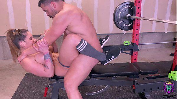 Gostosa da academia fazendo sexo com personal trainer