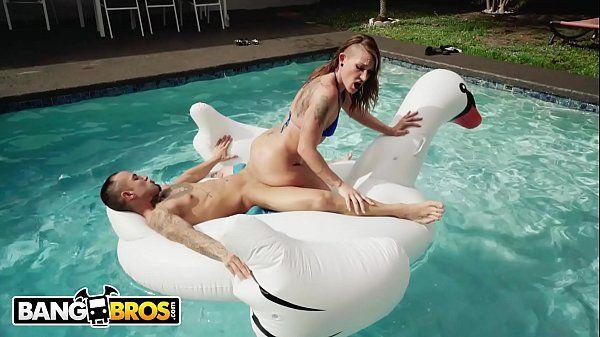 Gostosa transando na piscina com seu macho pauzudo