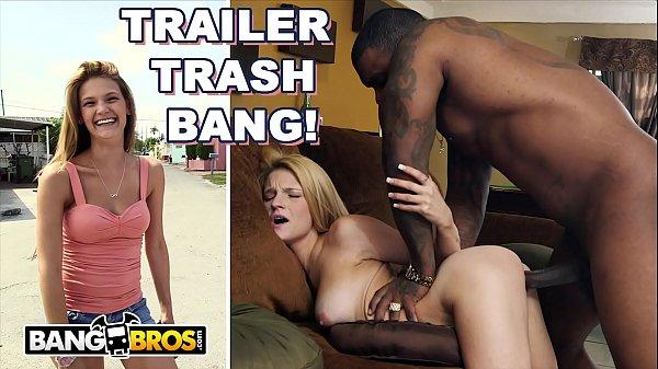 Negro fodendo casada novinha em pornô interracial