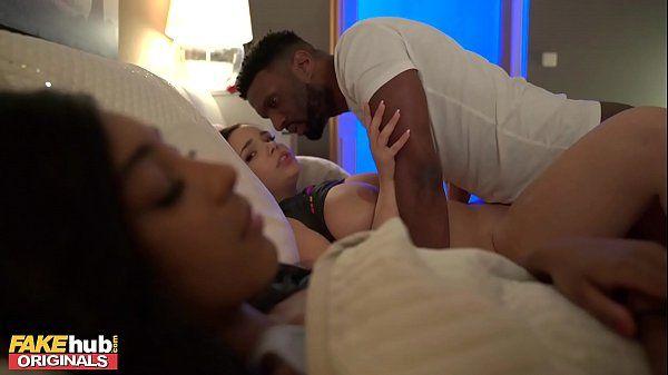 Negro fodendo novinhas lindas na mesma cama