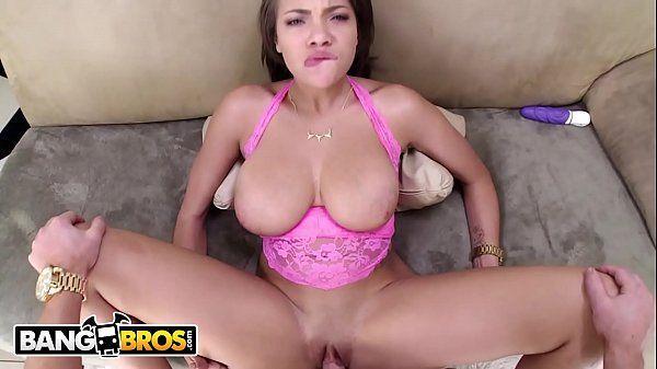 Novinha de peitos grandes gemendo enquanto faz sexo