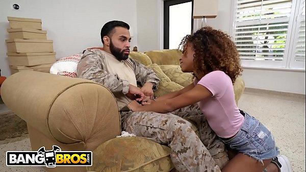 Soldado do exército fodendo novinha negra gostosa