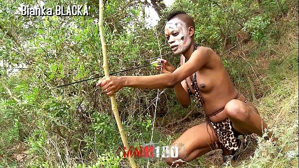 Transando com africana de uma tribo no meio do mato
