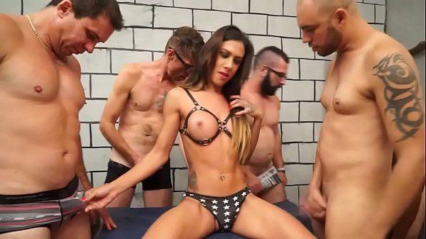 Travesti gostosa na suruba com vários caras