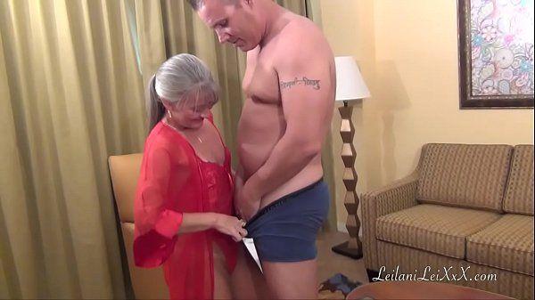 Velha gostosa no pornô dando sua bucetinha depilada