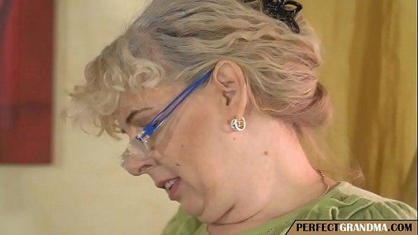 Velha safada fazendo sexo com homem mais novo