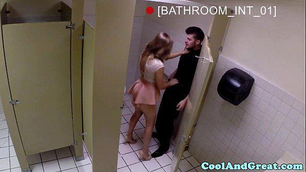 Casada fodendo com garçom dentro do banheiro