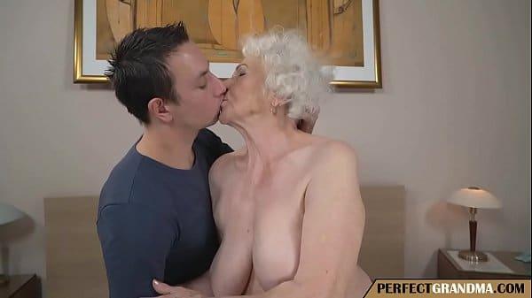 Comendo a avó safada no sexo anal gostoso