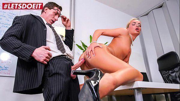Fazendo sexo no trabalho com a loira muito gostosa