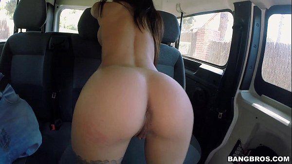Novinha dando no carro pro desconhecido que a pagou
