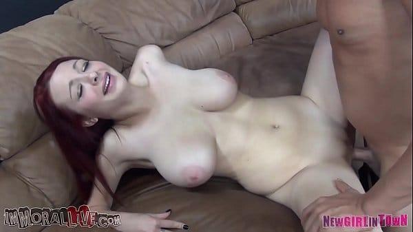 Novinha de peitos rosados fazendo um sexo muito gostoso