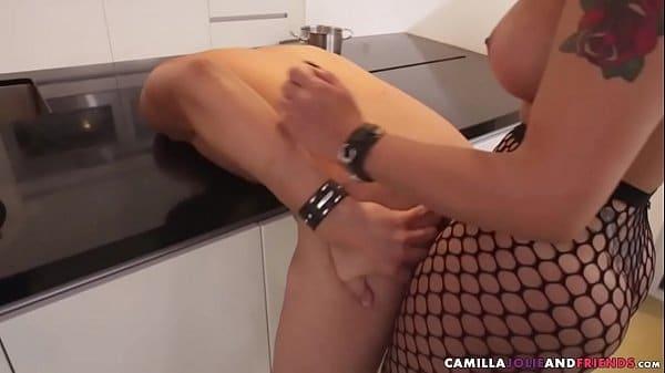 Travesti fodendo cu de homem dentro da cozinha