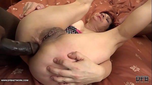 Velhas safadas no porno dando cu para negros