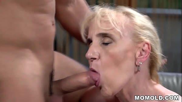 Video porno de velha safada transando com novinho