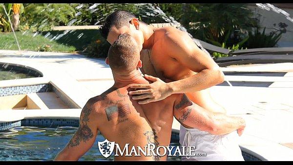 Homens gostosos fazendo um sexo gostoso que começa na beirada de uma linda piscina