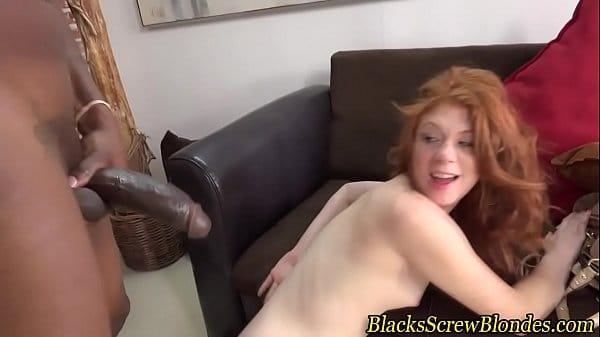 Pornp ruiva ficou doida de alegria quando o negrão tirou a ferramenta preta para fora das calças