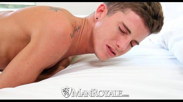 Sexo gay novinho de quatro sentindo a pica grossa e grande entrar para dentro de seu cuzinho