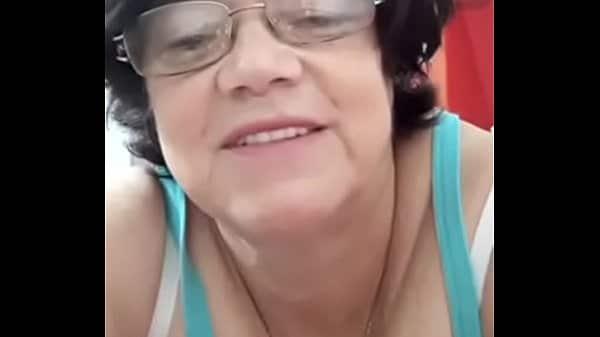 Cam4 com a velha sem vergonha coçando a pepecona gulosa na frente da webcam