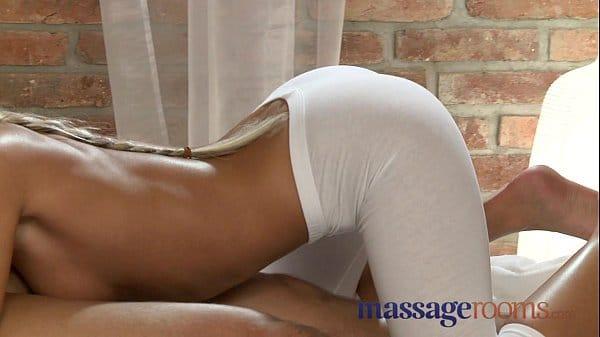 Masagem erotica da massagista tesuda trepando com seu cliente