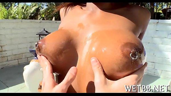 Mulheres negras nuas com essa mulata de peitos grandes e duros deixando o macho safado apalpar eles