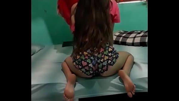Novinha de shortinho rebolando gostoso em cima da cama