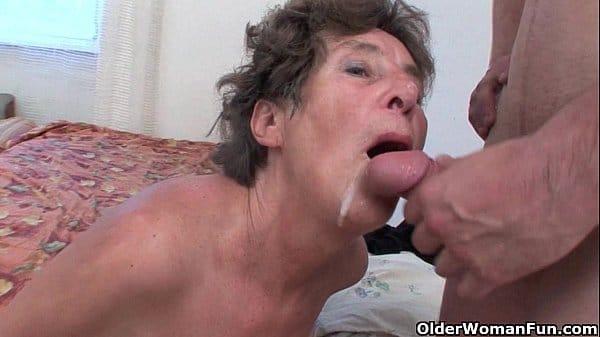 Porno velhas com essa coroa safada tomando uma gozada na boquinha