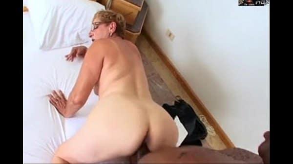 Sexo com velha rabuda que adora meter de quatro com um cara negro bem dotado