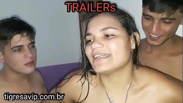Tigresa transando loucamente com dois novinhos em cena de sexo a três bem selvagem
