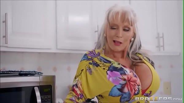 X videos pornos coroa dos peitos gigantes querendo cena de sexo intensa