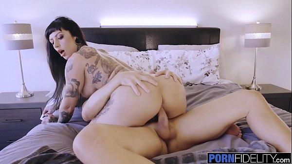 Novinha ciririca tatuada sentando na rola grande do namorado