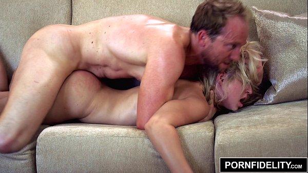 Vidio sexo caseiro loira vadia recebendo piroca na buceta apertada